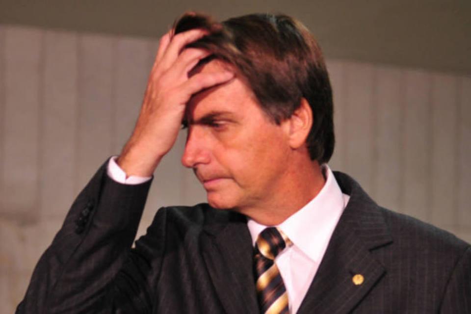 Foto de Jair Bolsonaro reflexivo.